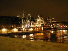 Île de la Cité. Opulentní, luxusní čtvrť na ostrově uprostřed Seiny, která dala mnohem později jméno parfému z řady Chanel Les Exclusifs : Bois de Iles