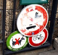 """Promenade plantée: jen pro pěšáky. (""""Ja guljáju v párke."""") Místo, kde nechcete uhýbat sportovcům, ani se koukat na kakající pejsánky, bez obav si můžete sednout do trávy i vypustit dětičky. Tak jest ve všech pařížských parcích."""