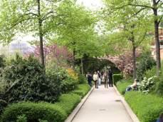 Promenade Plantée. Zahrnuje pěší zóny, cyklistické stezky, lesy, parky, zahrady...