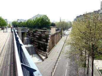 Promenade Plantée. Najděte si schodiště z Avenue Daumesnil a pojďte nahoru.