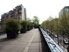 Promenade Plantée. Křižovatky jsou přemostěny.