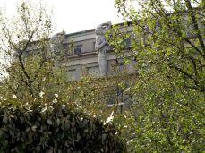 Promenade Plantée. Domy moderní, secesní, nové, zrekonstruované a tak. Atlase na balkóně by chtěl ale každý.