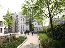 Promenade Plantée. Některými domy se prochází jako tunelem a vchod je přímo z promenády. Závist.