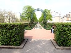 Promenade Plantée. Po délce protíná tři další, starší, parky a končí v obrovském sídlištním Jardin de Reuilly.