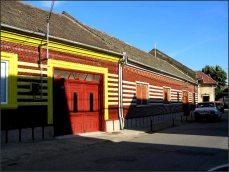 Na mnoha místech uvidíte domy obložené barevnými keramickými obklady (tedy nejen v českých vesnicích, i v okolních městech).