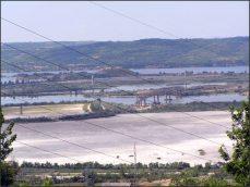 Odpad z továrny byl splachován přímo do Dunaje, pevné částice se usazovaly na břehu a vytvořily bílé vodorovné pole popílku a prachu, voda přetékala do řeky. Jistě obojí pečlivě vyčištěné a nejedovaté...