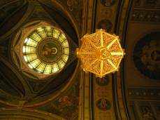 Interiér kostela ja nádherně zlatý, temný, přívětivý, teplý a vám cizí.