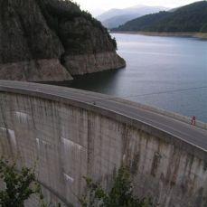 Protože Ceuacesku nechal Argeś přehradit 180 metrů vysokou hrází, nejvyšší přehradou ve východní Evropě.