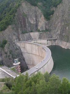 Vysoko v horách Fagaraš vyrábí elektřinu pro obyvatele žijící v obasti Curtea de Arges.