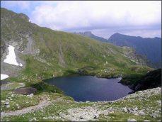 ....a když se vydrápete nahoru, uvidíte na druhé straně kopce malebné jezero Capra, CAPRA-LAC