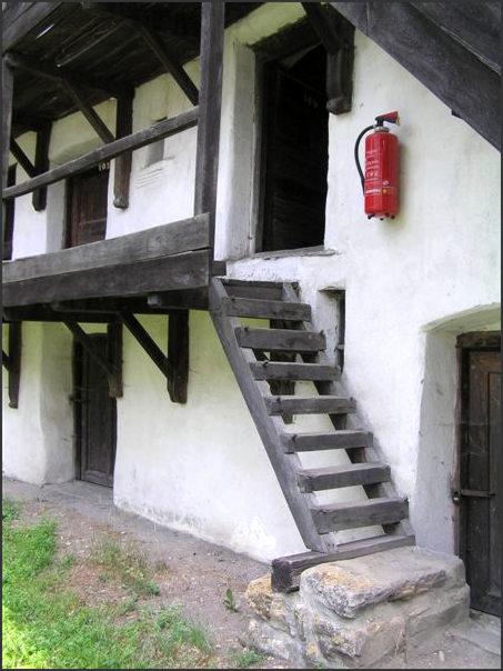 Kostel je postaven v 13. století. Už tehdy Němci byli připraveni na to, že je budou nájezdníci obléhat dlouho a nezanedbávali ani vzdělání. V komnatách byla také škola pro děti ze vsi.