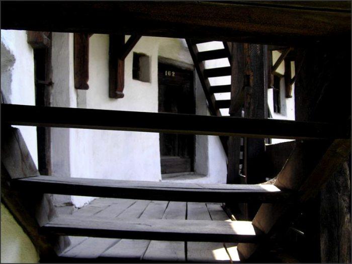 Jiné byty poskytovaly prostor pro služby. Švec, krejčí, výrobce a opravář nástrojů, dřevořezbář... Nejvyšší patro hradeb, na které se dá vystoupit po pevných dřevěných schodech (vyrobeno ve 13. stol.!!)...