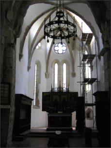 Zlacený oltář s úplně nahým Ježíšem.