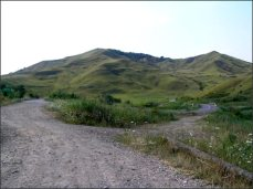U města BUZAU, na východě, máme rekreační středisko. Ponuré, hezké...bahenní sopky VULCANII NOROIOSI. Z jedné strany kopec zelený...