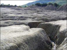 Jednobarevné, šedé bahno, zalévá okolí. Když uschne, zdá se země tvrdá.