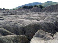 Ale nové proudy bahna z mladých vulkánů ji dokáží erodovat, tak jak se děje v přírodě po miliony let. Jenomže v této laboratoři vše trvá jen roky, měsíce a týdny.