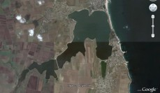 Jezero má nesmírně zajímavou polohu, přestože je od moře odděleno jen silnicí a kolejemi na písečné duně, jeho voda je sladká.