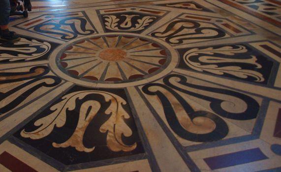 Kosatec v il Duomo (mramorová mozaika vyrobená technikou Pietre dure)