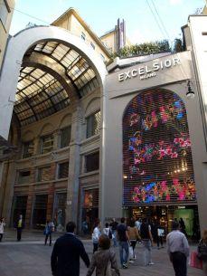 Palác Excelsior, kousek od Dómu, odbočka z ulice Emanuelle Vittorio