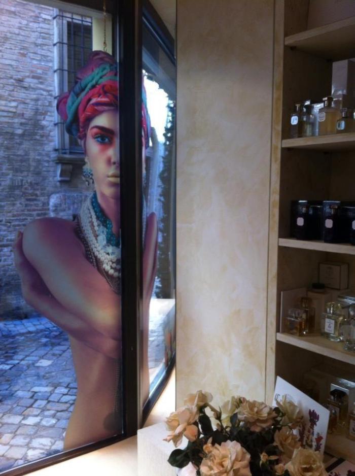 """Reklama Coquillete Paris na výloze prodejny Essenzaltro ve Fano (Itálie). Krásná reklama našla geniální umístění. Obrázek do učebnice do kapitoly """"Co se povedlo""""."""