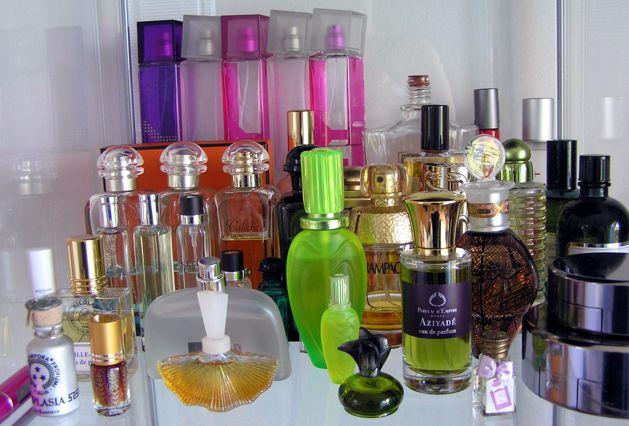 Ať se snažím, jak se snažím, nevím, z které kabelky vyklepat svoji roztomilou miniaturku, kteroi jsem pro vás testovala. Takže místo čerstvé fotky jsem našla jednu archivní, tak schválně, jestli poznáte, která z těch pidiaturek je Violetta di Parma a schválně, jestli poznáte, co byl můj nejoblíbenější parfém?