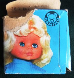 Vtipné gramofonové desky přehrávaly říkanky z gramofonu v panenčiných zádičkách. Lehce morbidní výkřik socialistické techniky.  Zdroj: Aukro.cz