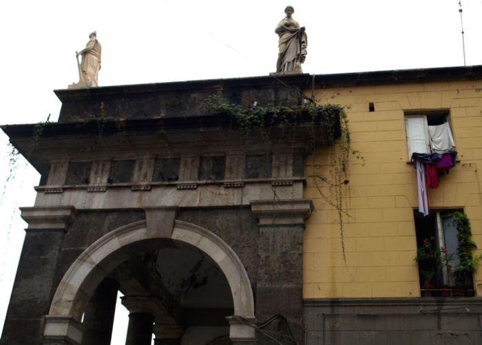 Napoli, Piazza del Plebiscito: malý Federico II. taky nosil punčocháčky.