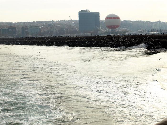 Přestože vidíte všude břeh, Bospor vás nenechá na pochybách, že jste na moři.
