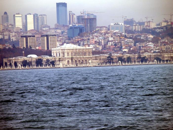 Jen odsud se dá vidět histroie slávy, bohatství a moci v časové ose: starobylá křesťanská Hagia Sofia, mnohem mladší muslimské mešity a i úplně moderní historie, pozápadněný stoletý sultánský palác Dolmabahce, pyšné pobřežní yalisi, dřevěné vily istanbulských boháčů z přelomu století, a zbrusu nové mrakodrapy za náměstím Taksim, kde žijí současní boháči a vládci. Třeba Baroš a jeho přítelé a dívky.