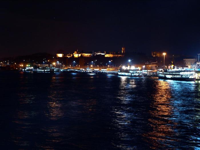 Krásný osobní přístav u Galatského mostu.