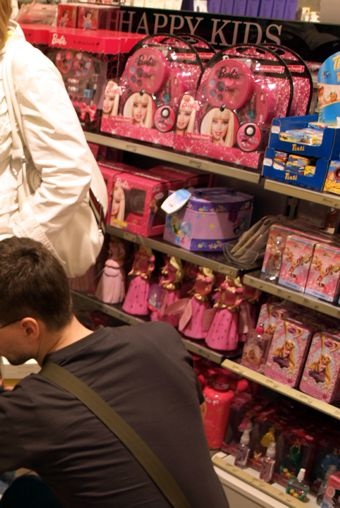 Za Deradovým ramenem vidíte velmi malou část regálu dětských vůní a kosmetiky v Douglasu v Drážďanech (v tom na Prager Str.)