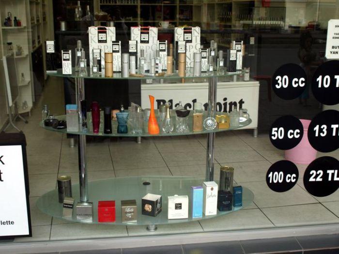 Nemám fotky D&D, toto je konkurenční značka Black Point v Antalii. Stejný prodejní koncept. Dole vidíte prázdné flakony pravých vůní pro inspiraci, co byste mohli chtít.