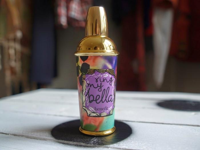 Posílám fotku mého oblíbeného parfému od Benefitu Ring my Bella.