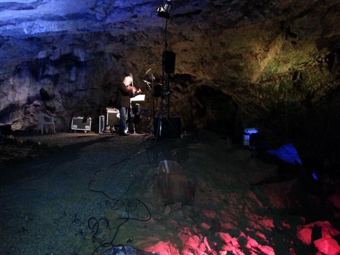 Ať je tu něco pozitivního: Není to zrovna sklep, ale Kateřinská jeskyně a pan Jaroslav Svěcený hrající tango na festivalu Čarovné tóny Macochy 2014. Úžasný zážitek.