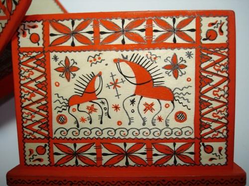 Lnad of Warriors si sama řekla o Mezeň, lidové umění z údolí největší řeky Archagelské oblasti. Mongolský vliv a kozáská tradice se promítly do lidové tvořivosti a nejčastěji uvidíte typickou červenou-černou stylizovanou grafikou vyobrazeného koně na pozadí světlého, vyběleného dřeva.  Zdroj: http://licovna.livejournal.com/1928.html