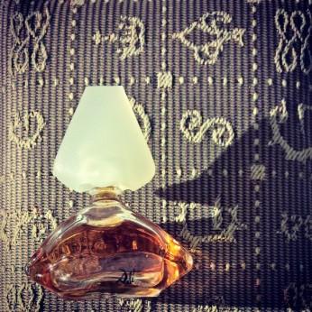 Krásná, klasická, neodceněná v dokonalém balení. Pro DÁMY, které už dospěly k Chanel No.5. A cena na českých e-shopech od 300,- za30 ml.