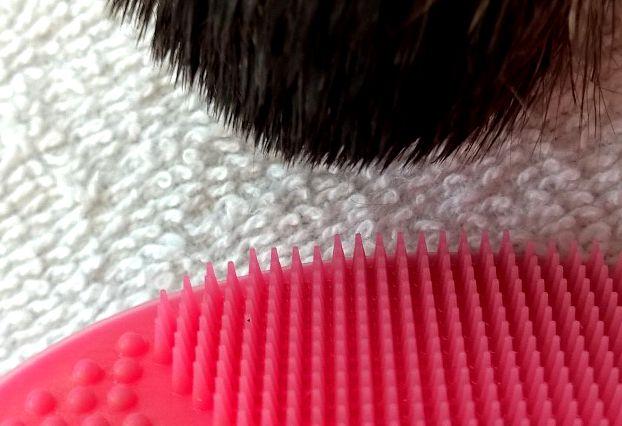 Jemné bodlinky vs. drsné chlupy štětce na pudr.