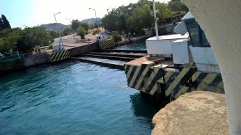 A pak se zase vynoří most, racci posbírají frutti di mare, které měly smůlu...