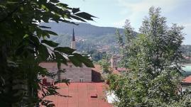 Mešita a kostelní věž z okna ložnice